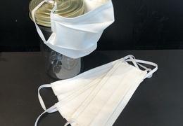 Masque en tissu blanc à accrocher derrière les oreilles