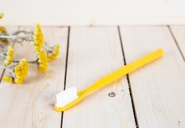 Manche de brosse à dents jaune