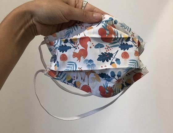 Masque en tissu à motifs à accrocher derrière la tête