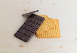 Tablette de chocolat noir bio aux amandes