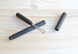 Cure-oreille en bois noir